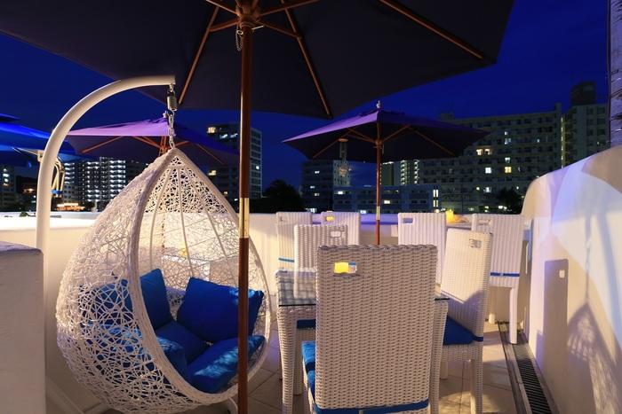 片瀬江ノ島駅を出てすぐ、境川沿いにある「Lucky Meal Mermaid(ラッキーミールマーメイド)」は、まるで地中海風リゾートのようなおしゃれなレストラン。白と青で統一されたインテリアが爽やかです。