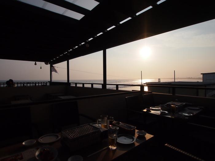 夏の海と言えば、バーベキュー!新江ノ島水族館の裏手の西浜にある「湘南片瀬江ノ島西海岸 ROINS」では、おしゃれバーベキューが楽しめます。海の見えるテラス席には、食材や器具がすべて用意されているので手ぶらでOK。昼間は江ノ島観光をしたり海水浴を楽しんで、ディナーにBBQという楽しみ方もできますよ。