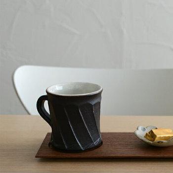 手彫りで仕上げた、端正なしのぎの器に定評のある、山田茂樹さんのコーヒーカップ。くびれたデザインは、最初はコーヒーの香りお楽しみ、その後から深い味わいを楽しむため。 無類のコーヒー好きな山田茂樹さんが、コーヒーを愛する人のために生み出した作品です。