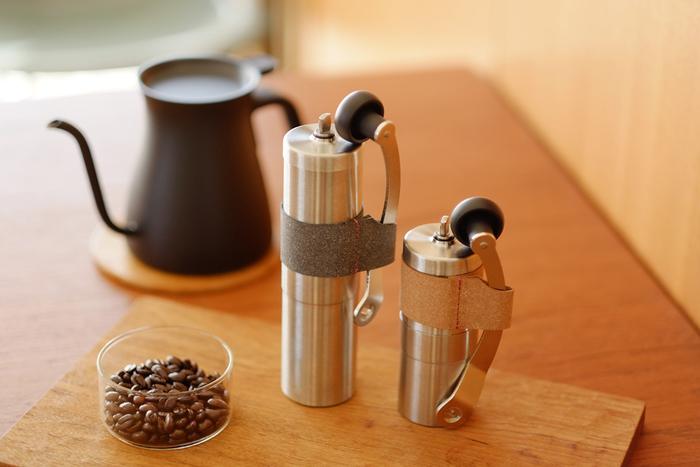 セラミック製の刃が使われているコンパクトな、「PORLEX(ポーレックス)」のコーヒーミル。コーヒーの風味を損なわないセラミックの刃は、簡単に分解、水洗いができるので常に清潔です。 洗練されたデザインは、使う人を飽きさせない。永く愛せるデザインだから、大切な人へ贈りたいですね。