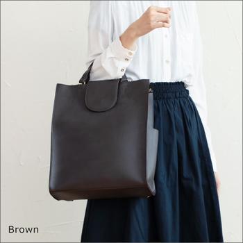 ビジネスシーンにも上手にマッチしてくれるきちんと感が嬉しいROOTOTE(ルートート)のバッグは、トートとしてもバックパックとしても使える2Way仕様。荷物が重い時や両手を空けておきたい時、さっとバックパックスタイルにできるのはやっぱり便利ですよね。