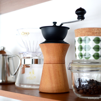 「MokuNeji(モクネジ)」が、老舗コーヒー機器メーカーの「カリタ社」とつくり上げました。木工ろくろの技術を持つ職人さんの手によって、ひとつひとつ丁寧に仕上げられています。 ケヤキとアイアンのコントラストが美しく、キッチンにディスプレイしておけます。永く大事に使っていきたい逸品です。