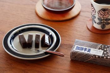 """静岡市街でコーヒーショップを営む「IFNi ROASTING&CO.(イフニ ロースティング&コー)」のコーヒー風味が楽しめる羊羹。包装紙の絵柄と""""珈琲羊羹""""の文字は、人間国宝としても知られる染色家 芹沢けい介さんの孫弟子・高井信行さんが手掛けています。中身だけでなく、パッケージにもこだわりが感じられますね。"""