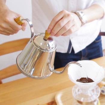 ハンドドリップに欠かせないのが、ドリップコーヒーポット。美味しいコーヒーを淹れるには、豆が暴れないよう、ゆっくり細くお湯を注ぐ必要があります。 底部が広いので熱効率も良く、直火、電磁調理器もOKなのも嬉しいですね。