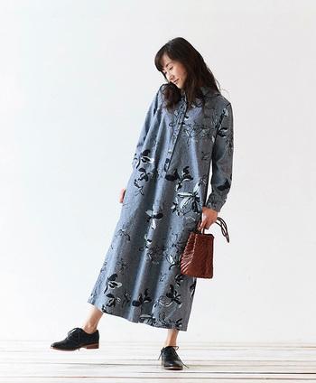 インディゴ染料を使った生地ならではの、着るほどに味わいが深くなる「味わいのあるシリーズ」。もともと、藍染の古布をお手本にして生地作りが始まったそうです。モノトーンの大人っぽい花柄プリントのシャツワンピースは、スタンダードなデザインとしっかり丈夫な生地のおかげで、ずっと着続けられる一着です。
