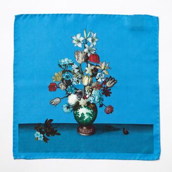まるで一枚の絵画のようなアーティスティックなデザイン。パッと目を引く鮮やかなブルーは、バッグに付けるのにちょうどいい華やかさですね。