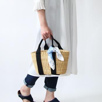 バンダナ感覚でカジュアルにも使えるスカーフです。かごバッグに付けると涼しげな印象になり、初夏にぴったりですね。
