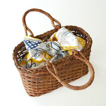スカーフを風呂敷のように袋状に結び、かごバッグのインナーバッグとして。和テイストのかごバッグが、とたんにポップでお洒落な雰囲気に早変わり。