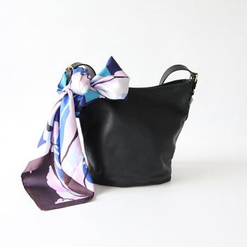 横浜生まれの上質なシルクのスカーフは、一枚は持っておきたいアイテムですね。普段使いのバッグに付けると、それだけで装いがワンランクアップします。