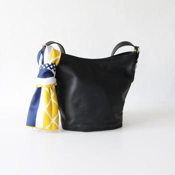 全て職人さんの手で染め上げられているこだわりのスカーフは発色鮮やかで美しい。シンプルなバッグに付けるとその美しさがいっそう引き立ちますね。