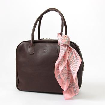 あまり使っていないスカーフも、普段使いのバッグに付けるだけでなんだかステキに、いつもよりワンランクアップして見えます。スカーフを、もっと身近に、気軽にお洒落に取り入れてみませんか…? 春におすすめのお洒落柄のスカーフと、「スカーフ×バッグ」の上手な楽しみ方をご紹介します。
