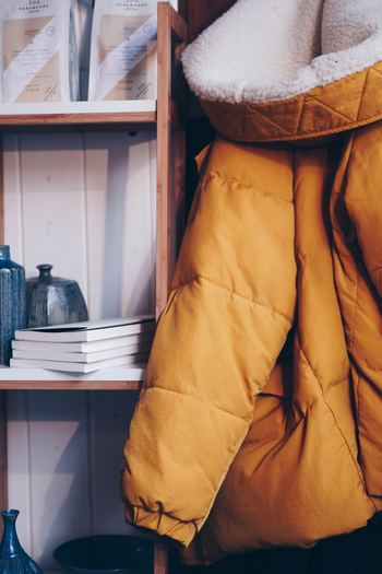 ダウンジャケットは少しかさばるため、収納スペースに合わせて上手にしまっていきましょう。吊るす、またはたたんで収納する方法がありますよ。