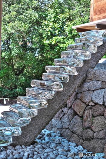 江戸時代から祀られてきた「護王神社」も、そのままアートとなっています。 杉本博司さんの「ガラスの階段」はとても神秘的ですね。