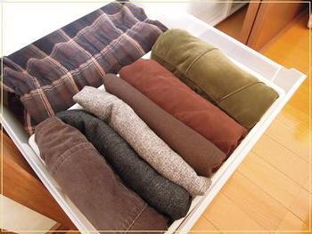 上には別の収納ケースを使ってほかの衣類を収納。空きスペースを上手に使っていますね♪コートが必要になるのは冬本番のみ。そのため、コートよりも先に出すことになる洋服を上にのせておくとのちのちの取り出しがスムーズに。
