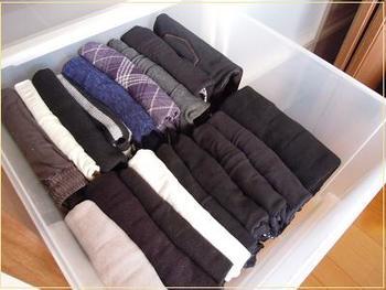 冬物の衣類はかさばるものが多いため、収納スペースを上手に使うことがカギとなります。セーター類はコンパクトにたたんで、収納ケースなどに外側から見えやすいように収納しましょう。  こちらのブロガーさんのように、クリアケースに入れると次のシーズンに出す際、探しやすくなります。衣類を上に重ねるのではなく、立ててケースに垂直にしまっていくと上からも見やすくなりますよ。  プリーツのある服やスカート、パンツなど折り線をなるべく付けたくない衣類は、クローゼットの中に吊るして収納するのがおすすめ。