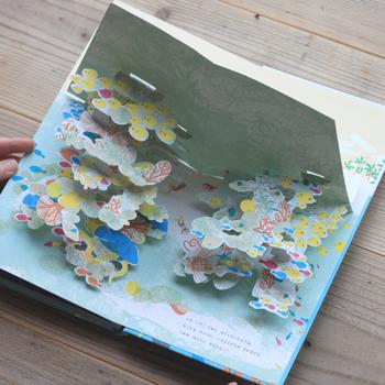 『オセアノ号、海へ!』は、絵本作家のアヌック・ボワロベールさんとルイ・リゴーさんによって、フランスで生まれたしかけ絵本です。 海のうえにも、海のなかにもポップアップの楽しいしかけがいっぱい。自然への讃歌と敬意をこめて、そして自然を守りたいという思いから作られたのだそうです。