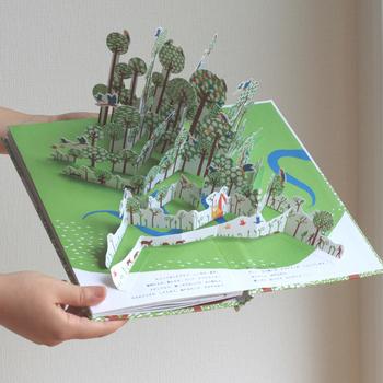 『ナマケモノのいる森で』こちらも、アヌック・ボワロベールとルイ・リゴーによる作品です。 大人も子どもも夢中になってしまう、すてきな仕かけ絵本。どのページにも必ずいるというナマケモノを探す楽しみもあります。   『オセアノ号、海へ!』『ナマケモノのいる森で』 作:アヌック・ボワロベール、ルイ・リゴー 訳:松田素子 出版社:アノニマ・スタジオ