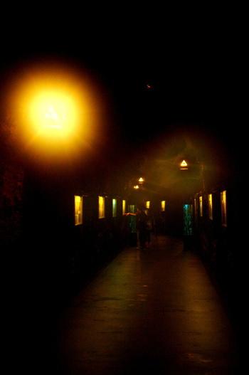薄暗い洞窟の奥は、1年を通して15~18℃でひんやりとしています。洞内には、昔の洞窟の写真なども展示されていて、江ノ島の歴史も知ることができます。