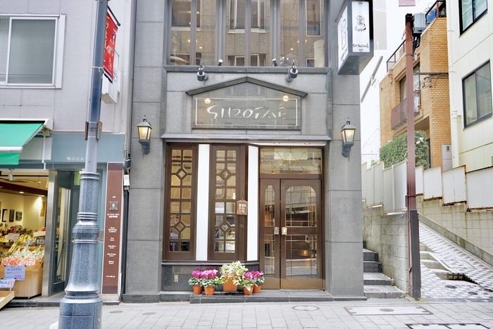 赤坂見附駅より徒歩約3分、一ツ木通り商店街の入り口にある「西洋菓子 しろたえ」。乙女心をくすぐるクラシックな外観が素敵な洋菓子店です。