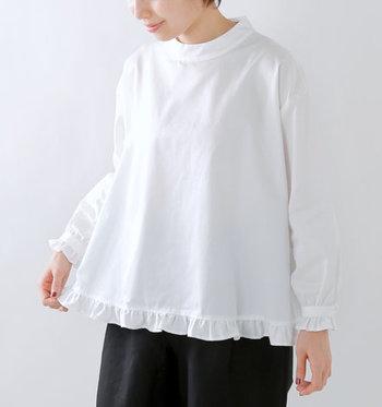 裾とお袖に小さなフリルがあしらわれた一着。少し太めに設定されたスタンドカラーは、アクセサリーが映える落ち着いたデザイン。サテンのような光沢感とハリのある生地はとても柔らかく、肌の上を滑るようなさらりとした着心地です。タックインをしてシンプルに着こなしても◎。
