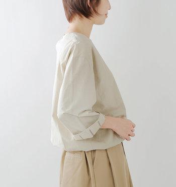 裾に柔らかいゴムを入れたバルーンシルエットのブラウス。袖を折り返すとのぞく裏地のストライプがポイントに。内側には薄手のコットン裏地が付いているので、肌触りが良く、サラリと快適に着用いただけます。