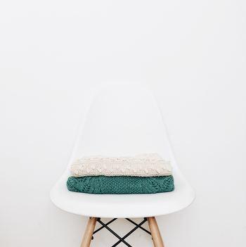 「しまい洗い」とは、服をしまう前に洗うこと、つまり衣替えの前に衣服の汚れをきちんと落としておくことです。基本中の基本ですが、汚れを落としてから保管しないと、黄ばみなどの原因になることも。いつもより丁寧に汚れをチェックしましょう。特に秋の衣替えでは、夏服の汗染みをしっかり落とすことが大切です。  また、衣類によっておうちで洗えるものと洗えないものがありますので、まずは洗濯表示を確認してクリーニングに出すものはまとめておくと便利。