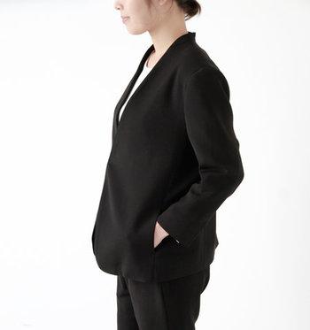 ノーカラーの襟元や、ややゆったりとしたシルエットなどリラックス感のあるデザインが魅力的。ジャケットのかっちりとした印象を保ちつつ、絶妙なバランスでほんのりカジュアルに。ダブルクロスと呼ばれる上質な生地を使用した大人っぽい一着です。