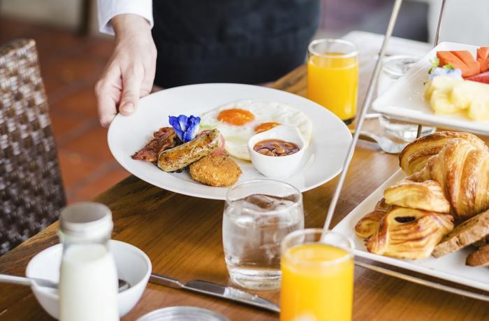 出社前にいつもより早起きして、ホテルでの朝食を楽しんでみませんか?ホテルの朝食は早いところで6時台からスタートしています。朝一番に出かければ、始業開始時刻にも余裕で間に合いますよ。