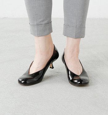 ヒール部分をブラックに統一し、艶めくパテントレザーは上品でエレガント。独自のカッティングが際立つ切り込みパンプスは華やかで、品格のある足元を演出してくれます。甲の部分が触れないので甲高の方も気兼ねなく履けるところも人気のポイントです。