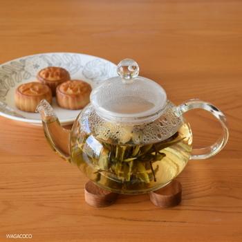 中国茶は種類によって味わいがはっきりと違い、風味も強めな物が多いので、引き立て役というより食べ物と同格に味わう感覚で選んでみると良いでしょう。