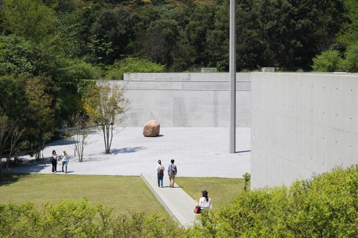 「李禹煥美術館(リ ウファンびじゅつかん)」では、現代アートの動向の中で中心的な役割を担ってきた李禹煥(リ ウファン)さんの作品を鑑賞することができます。李禹煥(リ ウファン)さんの代表作である空間と融合した余白の広がりを感じさせる絵画や立体アート。自然豊かな空間の中で、静謐さとダイナミズムを放っているのを感じることができます。