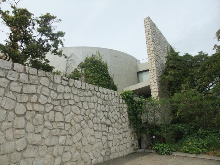 こちらも安藤忠雄さんが「自然・建築・アートの共生」をコンセプトに設計した「ベネッセハウスミュージアム」です。「ベネッセハウスミュージアム」は美術館とホテルが一体となっているのが特徴です。「アートとは考えさせるものである」といった「ベネッセアートサイト直島」の根幹となる考えのきっかけになった作品が中心に展示されています。