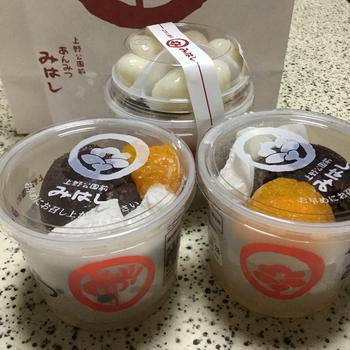 """「みはし」は、昭和23(1947)年創業の、上野に本店を構える人気甘味処です。東京一番街地下1階にも、テイクアウト併設の支店があります。  「みはし」の名物は、なんと言っても""""あんみつ""""。杏や小倉、抹茶や豆かん、季節の果物入等など、種類も豊富に揃っていますが、お勧めは『あんみつ』、イチオシなら『白玉あんみつ』です。  【画像手前が『あんみつ』、奥が『白玉あんみつ』。】"""