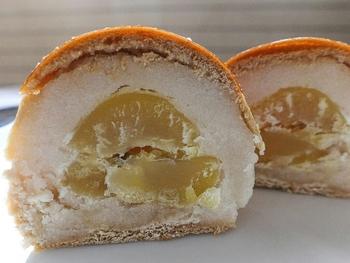 """『赤坂もち』以外で、お勧めなのは「赤坂青野」の技量がしっかり伺える栗饅頭『一つぶ』です。  名の通り、蜜でじっくりと煮た栗が一粒まるごと入った白餡の""""焼き饅頭""""です。餡と栗の上品な味わいは、風雅で優雅。しっとりと柔らかな食味も秀逸です。"""
