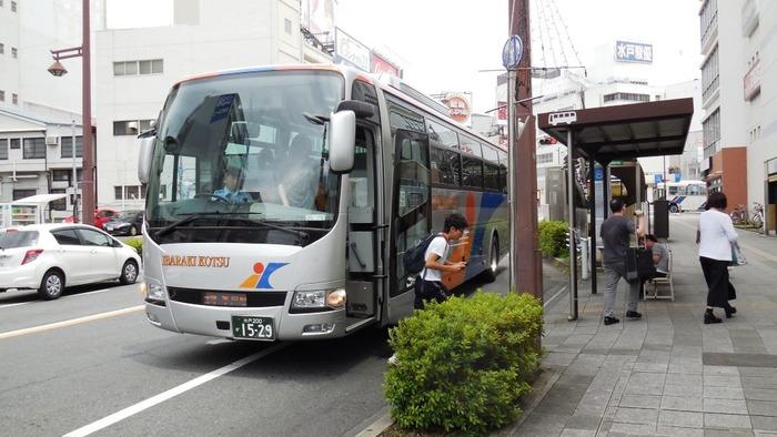 東京駅~水戸駅間を走る高速バス「みと号」を使うと、片道2時間半弱で移動できます。深夜発の便以外は、先着順による定員制。片道の運賃がリーズナブルなのも人気の理由です。