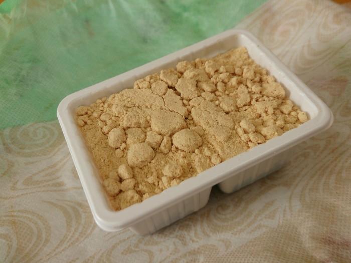 風呂敷包みを開くと、香ばしい黄粉がたっぷり。『赤坂もち』は、餅自体に黒糖が練り込まれているため、「信玄餅」とは異なり、黒蜜をかけずに頂きます。 【江戸の小粋な雰囲気の風呂敷は、近代日本画家・加山又造によるデザイン。一つ一つ職人によって手結びされている。】