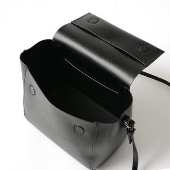 ハンドバッグとしても、ショルダーバッグとしても使える2WAY仕様。素材にスプリットレザーを使用することで、比較的雨にも耐久し、お手入れしやすい。マチを広くとっているので長財布も余裕をもって収納できます。マグネットフラップ仕様になっているので、開閉も楽々♪