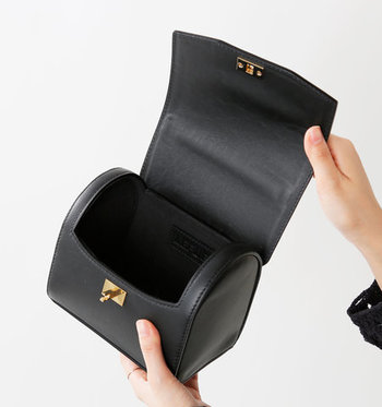 ころんとしたフォルムが女性らしいミニサイズのハンドバッグ。素材には上質なカーフレザーを使用。簡単に取り外しできるショルダーストラップが付いているので、その日の気分に合わせて使い分けることができます。女性らしい曲線が上品で、アクセサリー感覚で持てるデザインです。