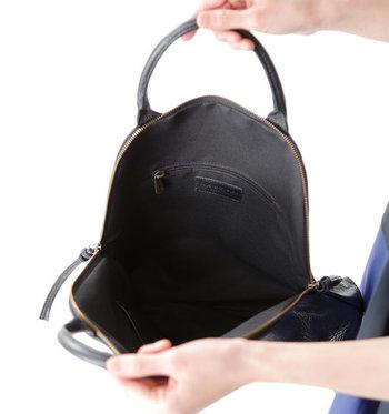 たっぷり大容量ながらもサイドは広がりすぎず、スタイリッシュなフォルムに。内ポケットも完備され、デザイン性はさることながら機能面も充実しています。イタリア製の上質な革を使用し、ハンドメイドで丁寧に作られているバッグです。