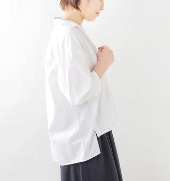 シンプルながらもエレガント。細部までこだわりが詰まった一着です。襟が大きく開いたスキッパーデザインに、ゆったりワイドシルエットでリラックスムードも添えて。ハリ感や光沢が美しく、素材の上質感も際立つ一枚です。