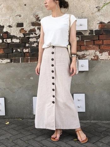 """タイトスカートのフロントボタンがIラインを強調して、とてもすっきりして""""着やせ見せ""""もできるコーデ。トップスの白色で清潔感を、小物などはベージュやブラウンで統一感を出していて、上品な夏コーデです。"""