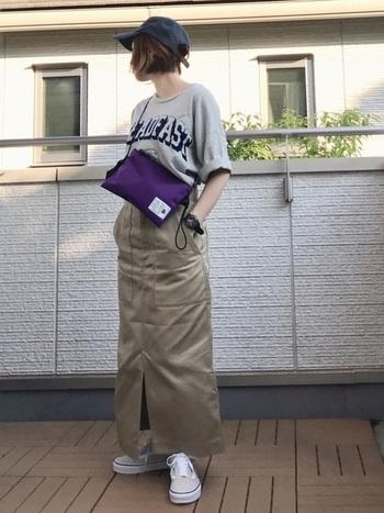 トップスをインして脚長見せのコーデは、ゆったりめのTシャツがポイント。ロールアップした袖口でゆとりを見せて、ヌケ感を出しています。このまま都市型フェスにも行けそうなコーデです。