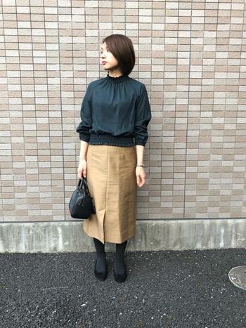 濃い色のトップスと組み合わせれば、秋色コーデの完成。デザイン性の高いブラウスもシンプルなタイトスカートなら、上下のコーデがケンカしません。真似したいコーデのポイントです。