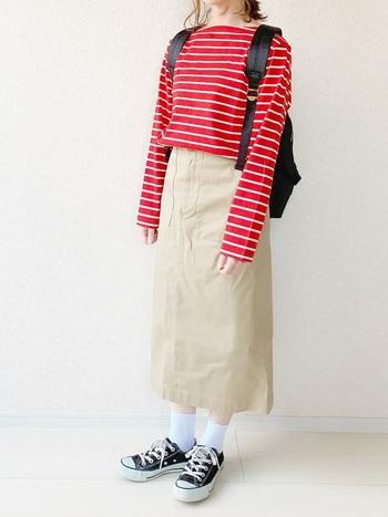 定番アイテムのボーダーも、タイトスカートとあわせれば子どもっぽく見えずに着こなせます。赤のボーダーをポイントに、黒の小物を締め色に使えば、タイトスカートのIラインと相まって、カジュアルでもすっきり見えるコーデです。