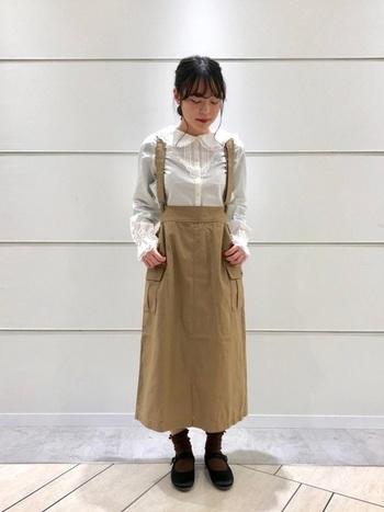 サス付きタイトスカートと白ブラウスの組み合わせで愛らしく。カーゴ素材もトップスのデザインで上手な甘辛コーデになっています。靴下の色が秋コーデっぽさを感じますね。春になったら靴下を白色にするだけで着まわしできちゃいます。