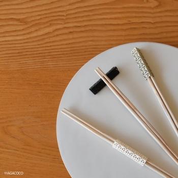 ちょっとしたおもてなしの時におすすめなのが、箸飾り。折り紙の要領で箸を通し、外した後は箸置きにもなる優れ物です。