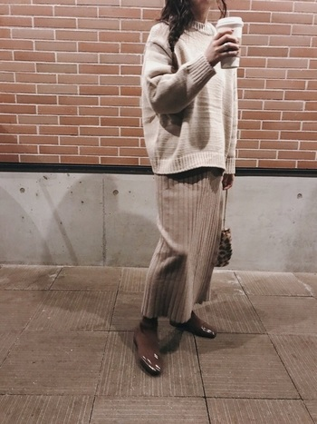 ベージュのワントーンコーデも、タイトスカートならすっきり見えが叶います。ニット素材のスカートも、縦のリブでIラインが強調され、やせ見え効果がありますね。