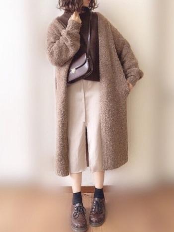 タイトスカートは、ボリュームのあるアウターとの相性が抜群。カフェオレ色のワントーンがおしゃれなコーデです。長めのアウターとタイトスカートが上手にIラインを強調して、冬の着ぶくれ感がありません。