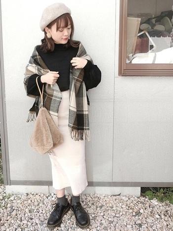 肌寒くなってきたときには、小物をプラスして秋コーデをつくりましょう。ベレー帽、ストール、ファー素材のバッグと、秋にぴったりの小物の足し方が◎。ベージュ×黒の組み合わせも素敵です。
