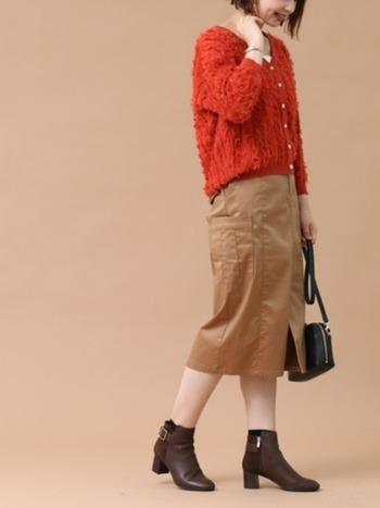 秋にはオレンジやカーキなど、ベージュのタイトスカートに合わせやすい、秋らしい色味をチョイスしたいところです。オレンジのカーディガンを着たら、秋にぴったりのコーデがすぐにできあがります。